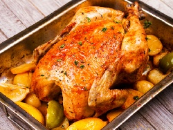 Пълнено пиле с кисели краставички, моркови и топено сирене печено под фолио на фурна - снимка на рецептата